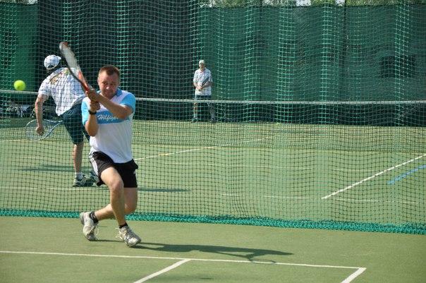 Учиться большому теннису